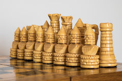 Trävitt schack på schackbrädet Royaltyfri Foto
