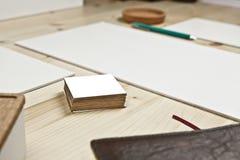 Trävitt skrivbord med affärskort arkivbild