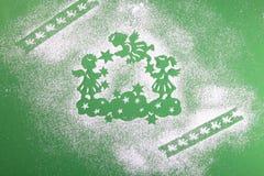 Träware, julänglar på molnen med stjärnor på en grön bakgrund royaltyfri fotografi