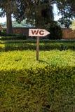 TräWC-tecken på en häck arkivfoto