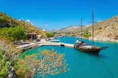 Träyachtanseende i mysig port på den grekiska ön Arkivbild