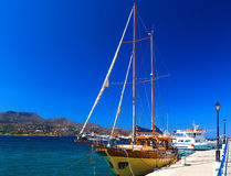 Träyachten i form av ett gammalt piratkopierar skeppet i port av Agios Nikolas, Kreta, Grekland Arkivbild