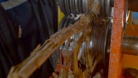 Tråd för arbetarlokalvårdmetall från avfalls stock video