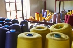 Tråd i en textilfabrik Arkivfoto