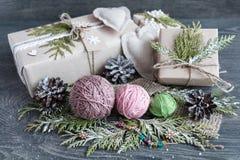 Tråd, kottar och gåvor Royaltyfria Foton