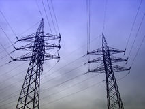 trådar för hög spänning för elektricitet Arkivbilder