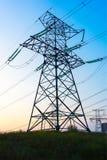 Trådar för pylon för elkraftöverföring och raster Royaltyfri Bild