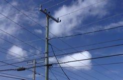 Trådar, himmel och moln Arkivbild