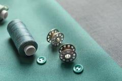 Trådar, knappar och rullar på tyg, Royaltyfri Fotografi