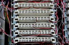 Trådar mellan strömkretsbrädet på telefonutbytet Royaltyfri Fotografi