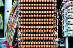 Trådar mellan strömkretsbrädet på telefonutbytet Arkivbilder