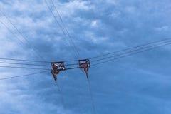 Trådar och block för kabelbil inställde i molnig himmel Arkivbilder