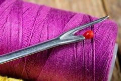 Trådar och visare på tabellen i en tailor& x27; s-seminarium Närbild fotografering för bildbyråer