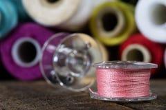Trådar och visare på tabellen i en tailor& x27; s-seminarium Närbild royaltyfri foto
