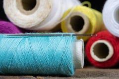 Trådar och visare på tabellen i en tailor& x27; s-seminarium Närbild arkivfoto