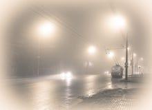 Trådbuss i dimman I går kväll rutt arkivfoton