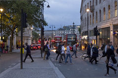 Trådgata på natten i London Royaltyfria Bilder