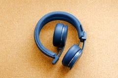 Trådlös headphone på tabellen Arkivfoton