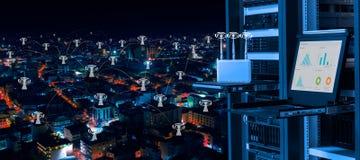 Trådlös ledning i datorhall och smart stadsbegrepp Arkivfoto