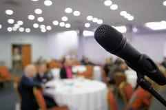Trådlös mikrofon i mötelokalen. royaltyfria foton