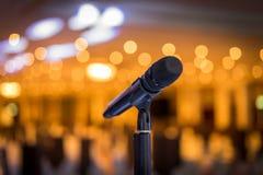 Trådlös mikrofonställning på etappmötesplatsen Royaltyfri Bild