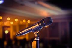 Trådlös mikrofonställning på etappmötesplatsen Arkivfoto
