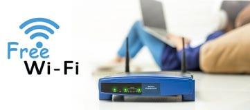 Trådlös router och ungar som använder en bärbar dator i hotell Royaltyfri Bild