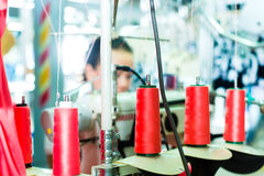 Trådrullar i en textilfabrik Arkivfoto