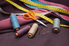 Trådrullar, stift och att mäta band och sax Royaltyfri Foto