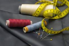 Trådrullar, stift och gult mäta band. Royaltyfria Bilder