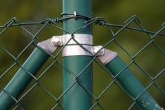 Trådstaket, grön färg som säkrar en plats royaltyfri foto