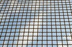 Trådstaket med den blåa skyen Royaltyfri Foto