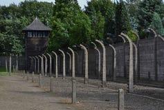 Trådstaket och vaktstolpe i Auschwitz Royaltyfri Fotografi