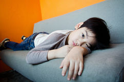 Tråkig asiatisk pojke Royaltyfri Foto