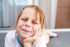 tråkig freckly flicka arkivbilder