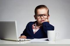 tråkigt jobb Ung affärspojke barn i exponeringsglas litet framstickande i regeringsställning arkivfoton