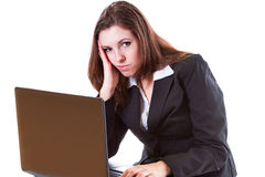 Tråkigt kvinnaarbete på bärbar dator Arkivbilder