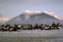 Trålare och fartyg förtöjde på Chimbote, Peru Royaltyfri Foto