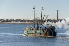 Trålaregräsplantunnländer som korsar New Bedford den yttre hamnen fotografering för bildbyråer