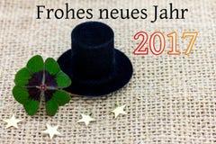 Trèfle chanceux, un chapeau de cylindre et étoiles pendant la nouvelle année 2017 Image libre de droits