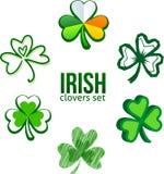 Trèfles irlandais verts dans le style de logo Photos stock