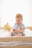 Très bébé garçon mignon de beautufil photo stock