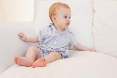 Très bébé garçon mignon de beautufil photographie stock libre de droits