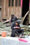 Très dame âgée des fils de ficelles de Yao Hilltribes Photographie stock