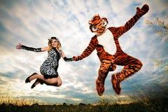 Très différent mais sauvage un couple heureux Photographie stock libre de droits