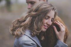 Très doux et brouillez le portrait de l'amour doux, couple étreignant avec b Images stock