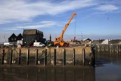 Très une marée basse échoue des bateaux de pêche sur la boue dans le port Photos stock