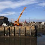 Très une marée basse échoue des bateaux de pêche sur la boue dans le port Images libres de droits