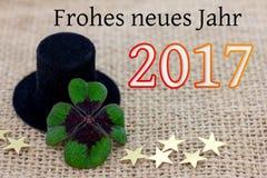 Trébol afortunado, un sombrero del cilindro y estrellas por el Año Nuevo 2017 Imagenes de archivo