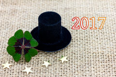 Trébol afortunado, un sombrero del cilindro y estrellas por el Año Nuevo 2017 Fotos de archivo libres de regalías